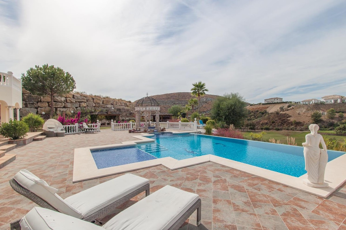 Qlistings - Front-Line Golf House in Benahavís, Costa del Sol Property Image